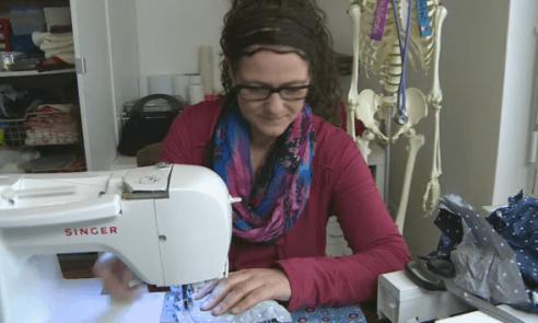Chirurgin Melanie Kauper mit dem Nadelkissen am Arm gross geworden