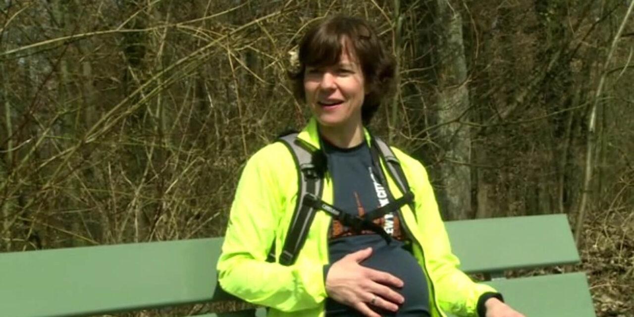 Chirurgin und Mutter Vanessa Banz, lebt ihren Bewegungsdrang beim Laufen im Wald aus.