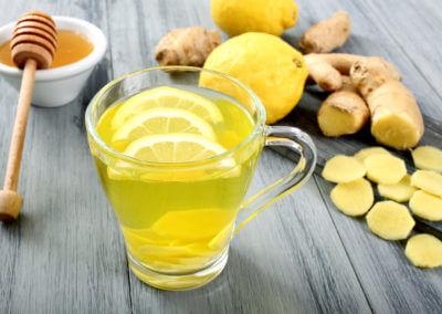 Ingwertee mit Zitrone im Glas