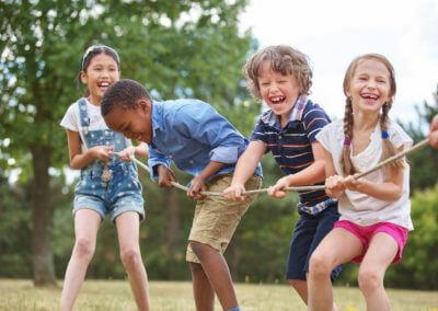 Kinder spielen Seilziehen