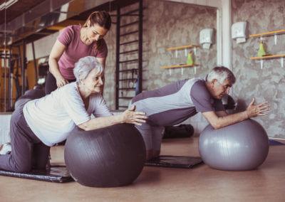 Senioren machen Übungen mit Gymnastikball