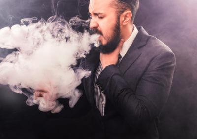 Raucher hustet und raucht gleichzeitig