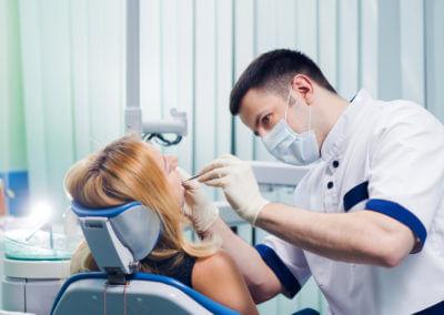 Zahnarzt untersucht Frau
