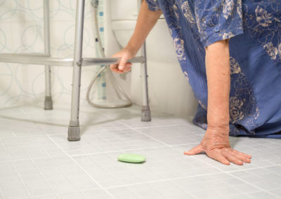 Alte Frau ist im Bad gestürzt