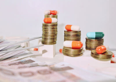 Medikamente auf Münzen gestapelt