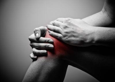 Mensch hält sich das Knie
