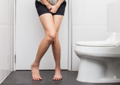 Frau auf Toilette muss dringend mal