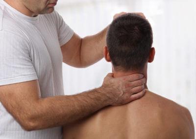 Chiropraktor untersucht Halswirbelsäule und Nacken