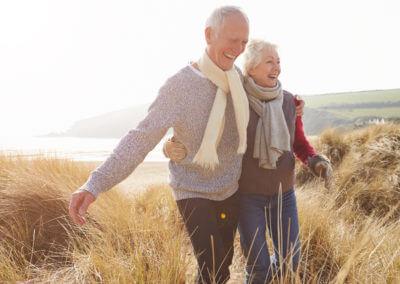 älteres Ehepaar wandert über Dünen