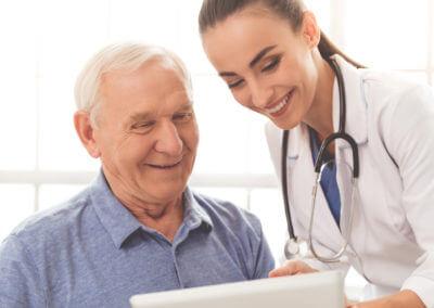 Ärztin bespricht Akte mit Patienten