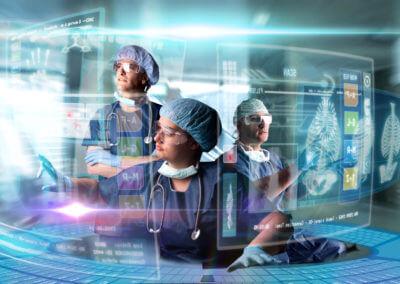 Ärzte mit OP-Haube bedienen interaktive, digitale Schaltfläche
