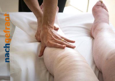 Geschwollene Beine werden massiert