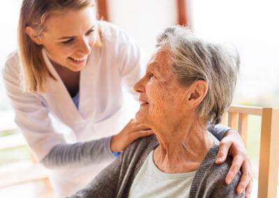 Pflegerin mit älterer Frau