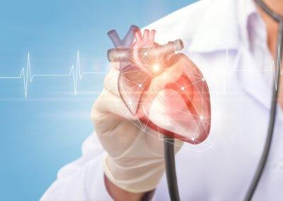 Arzt untersucht Herz