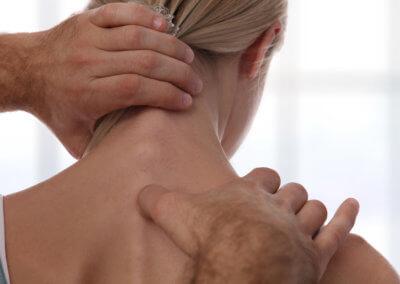 Frau in Behandlung bei Chiropraktor