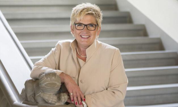 "Finanzdirektorin Beatrice Simon auf dem ""Sofa Jaune"""