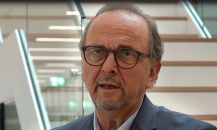 "Prof. Daniel Buser, Macher und Optimist, auf dem ""Sofa Jaune"""