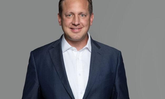Versorgung sicherstellen – Sandoz-Chef Tangermann auf dem Sofa Jaune