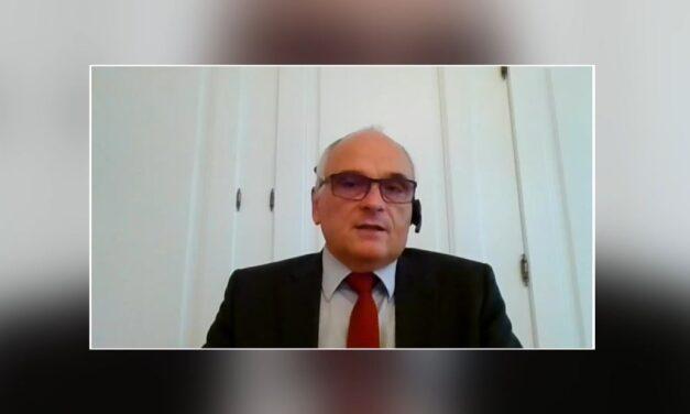 Berner Gesundheitsdirektor Schnegg auf dem Sofa Jaune – Appell an die Bevölkerung