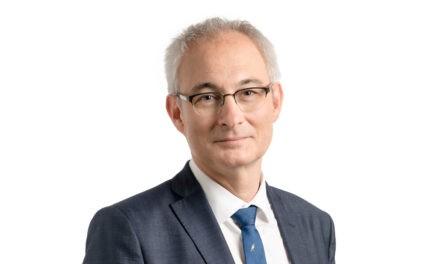 Zusammenarbeit statt Königreiche:  Insel-Verwaltungsratspräsident Bernhard Pulver auf dem Sofa Jaune
