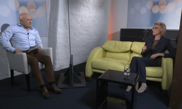 Seilziehen um Corona im Bundeshaus – Nationalrätin Ruth Humbel auf dem Sofa Jaune